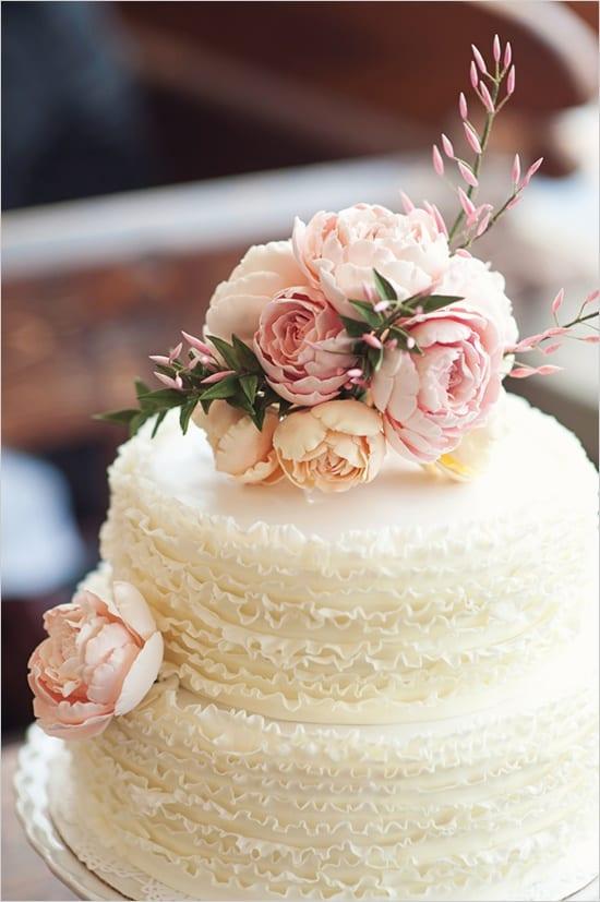 Bolo de casamento com frufrus e babados (ruffled cake) decorado com flores (peônias)