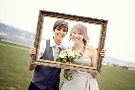 Casamento gay: noiva lésbica de camisa, colete e gravata. Foto: Sheila Carson Photography.