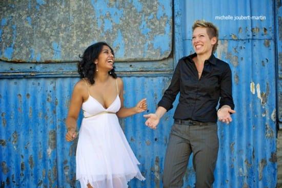 Casamento gay lésbico: uma noiva de vestido branco, a outra de calça social e camisa escuras. Foto Michelle Joubert-Martin Photography.