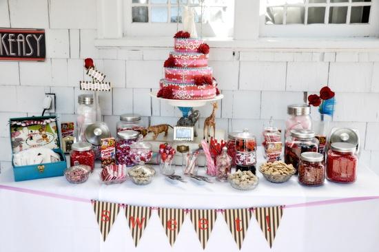 Mesa de doces para casamento alternativo: balas e outros doces infantis. Foto: NE Photogaphy.