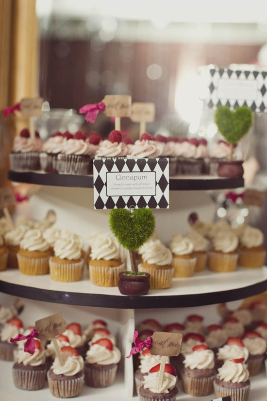Mesa de doces de casamento alternativo: torre de cupcakes. Our Label of Love.