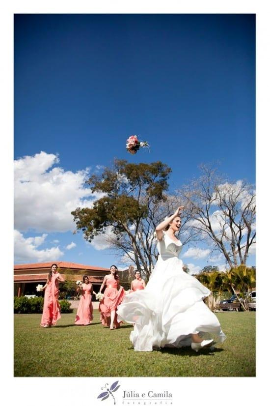 Noiva jogando buquê em casamento ao ar livre. Foto: Júlia e Camila.