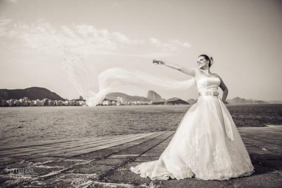 Casamento no Rio de Janeiro: noiva com Pão de Açúcar ao fundo. Foto: Fernanda Ferraro.