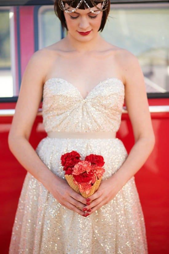 Buquê de noiva em cone casquinha de sorvete. Foto: Nikole Ramsay Photography.