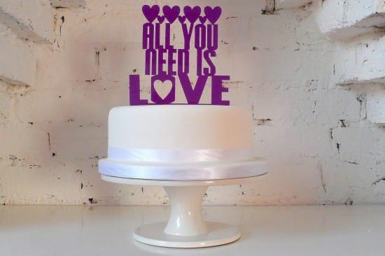 """Topo de bolo de casamento com palavras """"All you need is love"""". Foto: Miss Sarah Caker."""