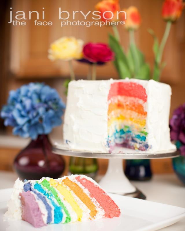 Como fazer bolo de casamento com camadas coloridas de massa (rainbow cake ou bolo arco íris). Foto: Jani Bryson.