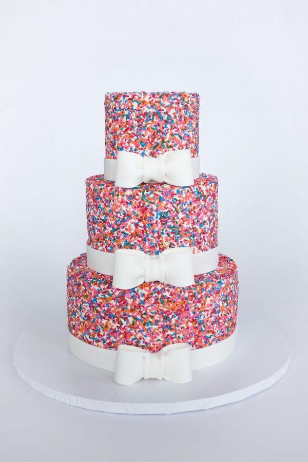 Bolo de casamento com granulado colorido (sprinkle cake). Foto: Cake Central.