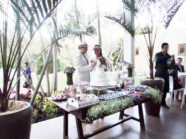 Casamento no campo: mesa de doces decorada em branco e lilás.