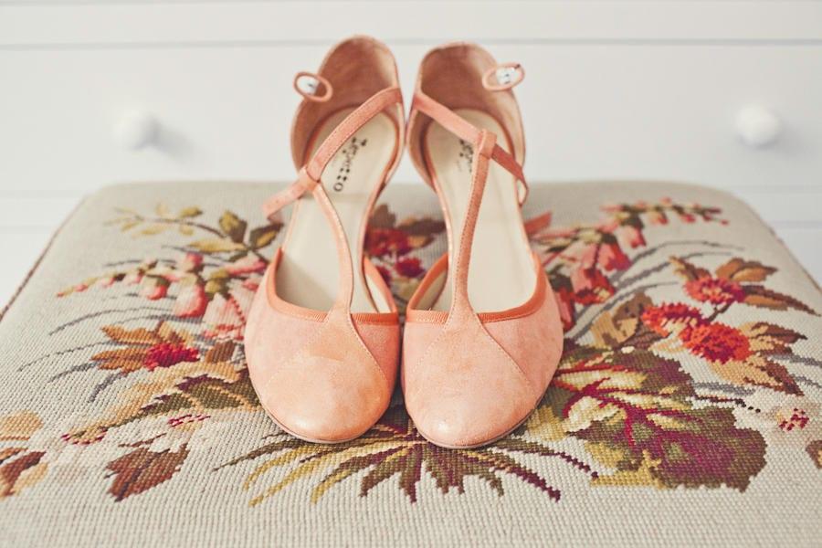 Sapato de noiva estilo boneca salmão da Repetto. Foto: Joanna Brown Photography.
