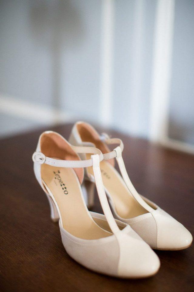 Sapato de noiva com salto e bico arredondado da Repetto. Foto: Emilie Iggiotti Photography.