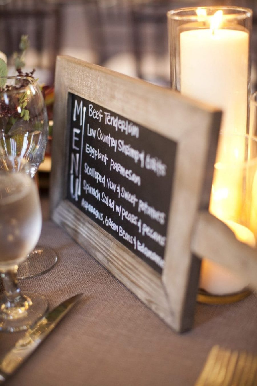 Cardápio de casamento em porta-retrato de madeira. Foto: Millie Holloman Photography.
