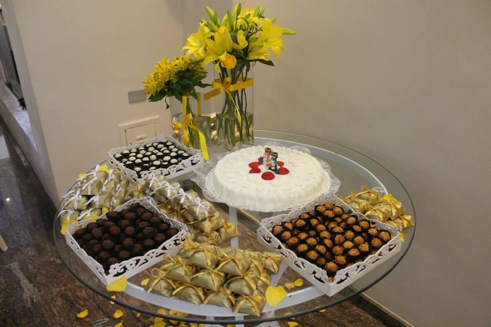 Mesa de doces casamento no salão de festas.
