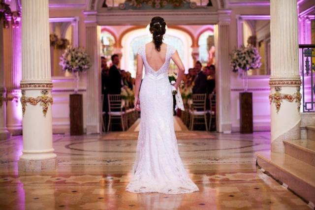Noiva entrando sozinha na cerimônia do casamento no Palácio dos Cedros. Foto: Danilo Siqueira.
