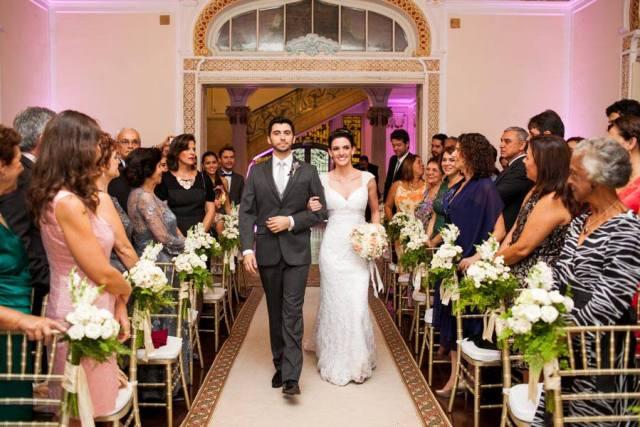 Noivos entrando juntos no casamento. Foto: Danilo Siqueira.