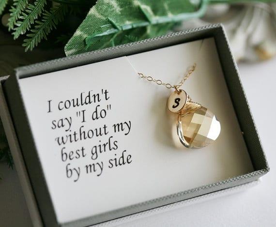 """Presente para madrinha de casamento: colar com pingente Swarovski escrito """"eu não poderia dizer 'sim' sem minhas melhores amigas ao meu lado"""". Da Etsy."""