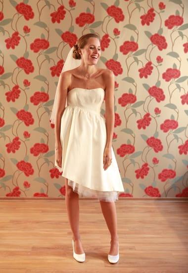 Vestido de noiva curto com saia assimétrica do ateliê Soeurs Waziers.