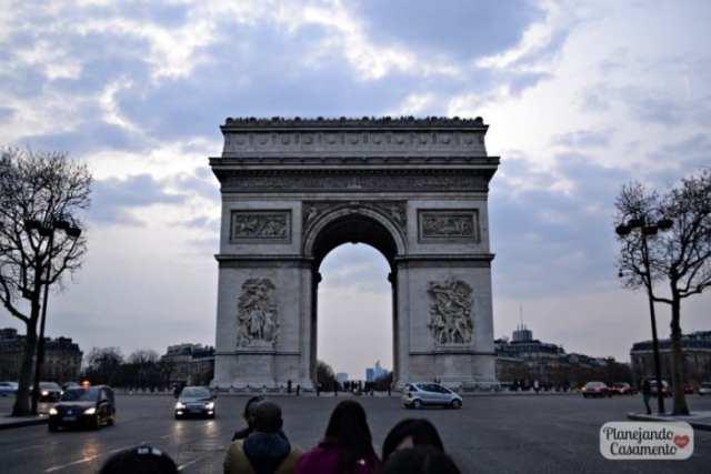 Arco do Triunfo em Paris, na França. Foto: Cíntia Costa/ Planejando Meu Casamento.