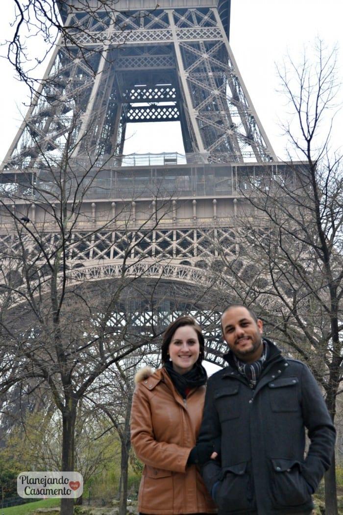 Lua de mel em Paris: casal apaixonado com torre Eiffel ao fundo.