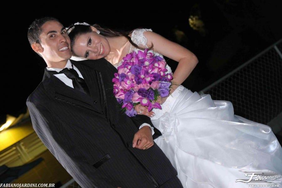 Fotos de casamento: noiva e noivo, Rita e Gutierre, terno preto e buquê rosa e roxo.