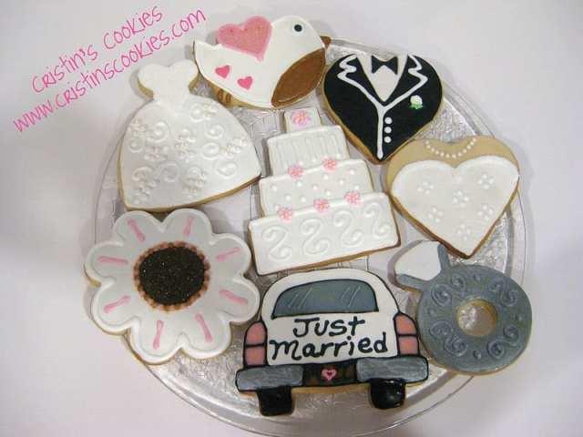 Biscoitos decorados para casamento em forma de bolo de casamento, vestido de noiva, carro com recém-casados. Foto e biscoitos: Cristin Cookies.