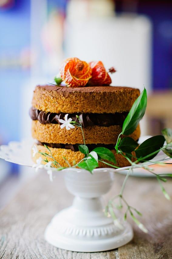 Bolo de casamento estilo naked cake com recheio de chocolate. Foto e bolo: Nena Chocolates.
