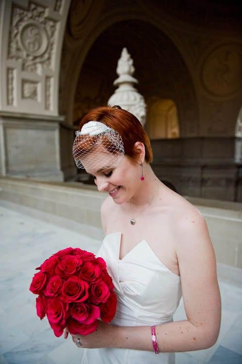 Buquê de rosas vermelhas de noiva em casamento. Foto: Flory Photo.