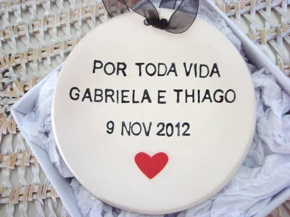 Porta alianças: prato de porcelana com nome dos noivos, data e coração. Foto: Regali per tutti.