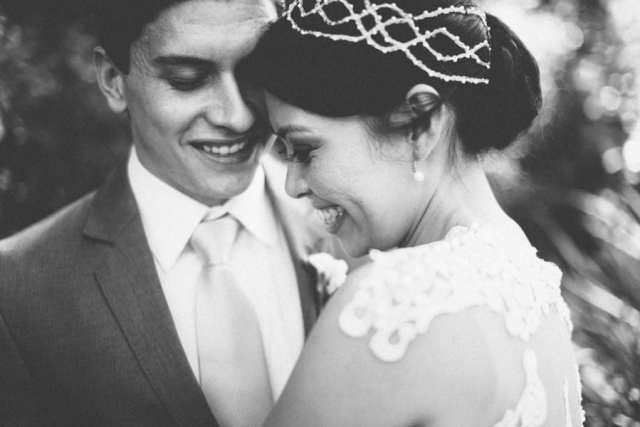 Casamento no campo: noivo e noiva em preto e branco. Foto: 18 Elementos.
