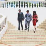 Casamento no campo: noivo acompanhado do pai e da mãe desce escadaria da Chácara Graciosa em Londrina. Foto: 18 Elementos.