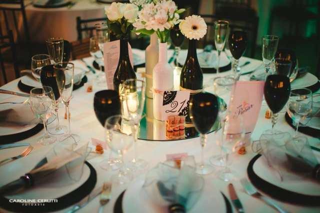 Decoração com garrafas de vinho no casamento na vinícola Pierini. Foto: Caroline Cerutti.