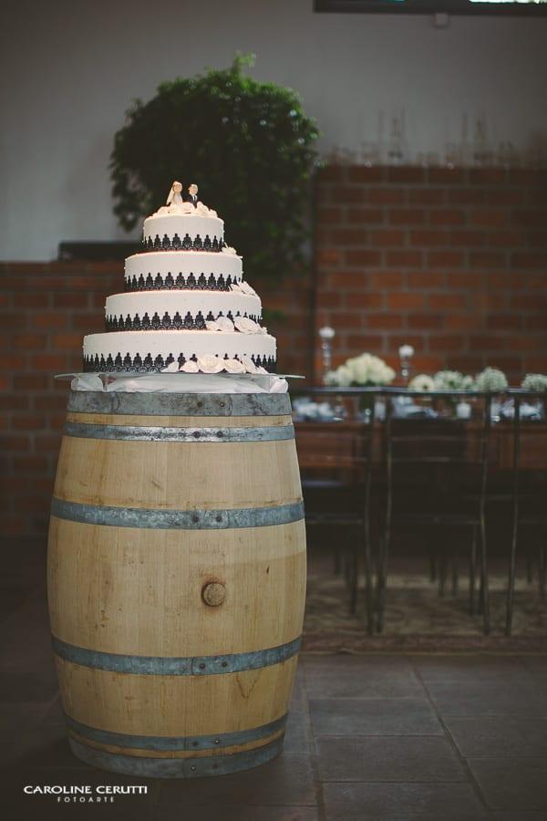 Mesa do bolo em barril de vinho no casamento na vinícola Pierini. Foto: Caroline Cerutti.