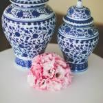 Decoração de casamento estilo provençal: vasos, flores, bolo e docinhos em tons de azul, branco, lilás e rosa. Foto: 18 Elementos.