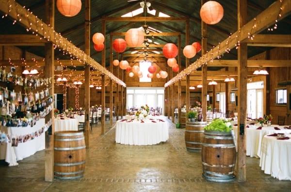 Barris de vinho na decoração da festa de casamento na vinícola. Foto: Michael Smith/ Ash Imagery.