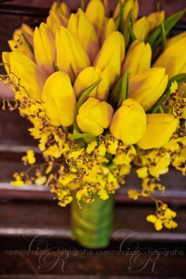 Buquê de noiva de tulipas amarelas. Foto: Camila Resta.