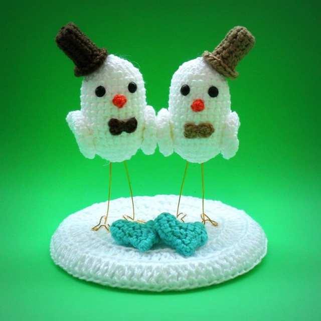 Noivinhos de topo de bolo para casamento gay com passarinhos de crochê.