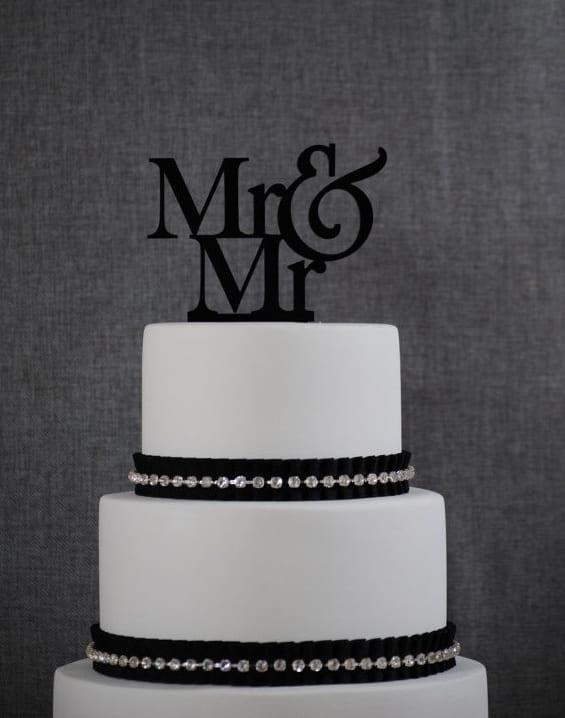 """Noivinhos de topo de bolo para casamento gay com monograma escrito """"Mr. & Mr."""""""