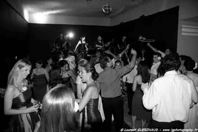 Banda para casamento: banda Armagedom anima pista de dança com noivos. Foto: Laurent Guerinaud.