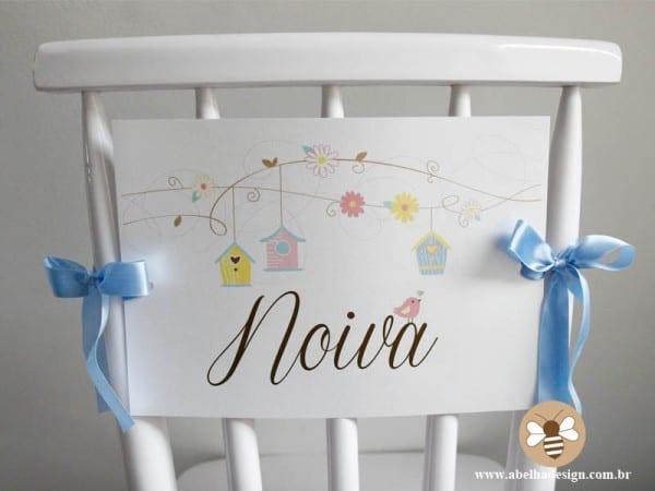 """Placa escrito """"noiva"""" para cadeira para marcar lugar dos noivos na festa de casamento. Foto: Abelha Design."""