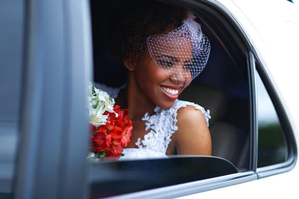 Casamento: noiva negra com black power e vêu estilo voilette ou birdcage. Foto: Bruno Mota.