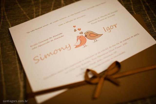 Convite de casamento branco e marrom com desenho de passarinhos e frase para convite de casamento. Foto: Santiago Reis.