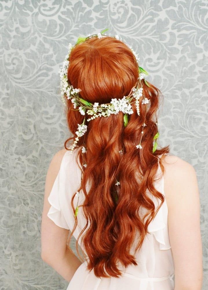 Noiva ruiva com penteado de cabelos soltos e cacheados com coroa de flores do campo. Foto: Garden of Whimsky.