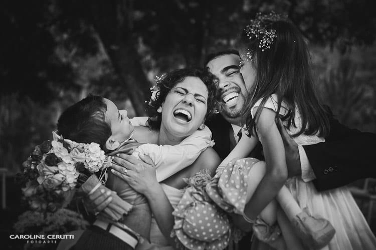 Noivos e filhos no casamento no campo de Greice e Everton. Foto: Caroline Cerutti.