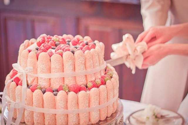 Bolo de casamento charlotte (cercado de biscoitos champanhe e mousse de morango).