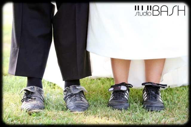 Casamento em Copa do mundo: noivo e noiva de chuteira de futebol. Foto: Studio Bash.