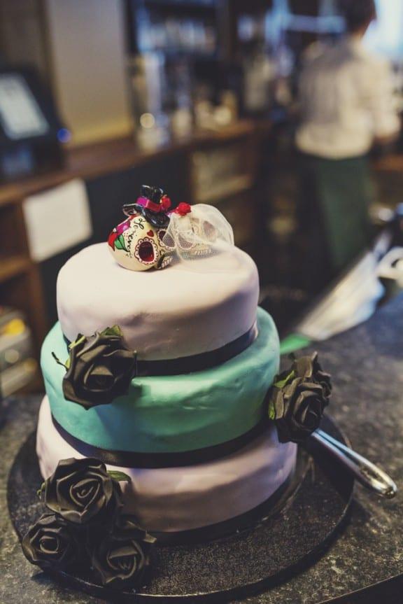 Noivinhos de topo de bolo de caveiras mexicanas da fiesta de los muertos. Foto: Lisa Jane Photography.