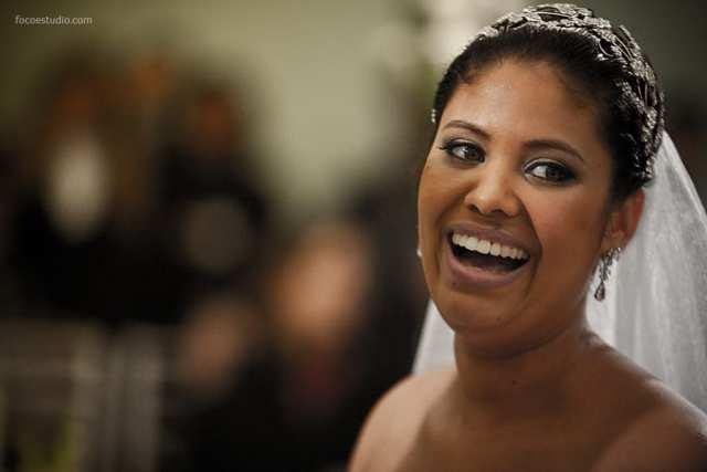 Maquiagem de casamento: noiva negra com batom nude. Foto: Foco Estúdio.