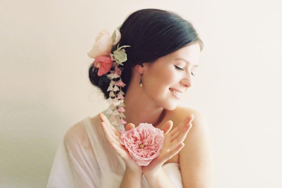 Acessório de cabelo para noivas: flores de tecido estilo gueixa da Erica Elizabeth Designs. Foto: Caroline Tran.