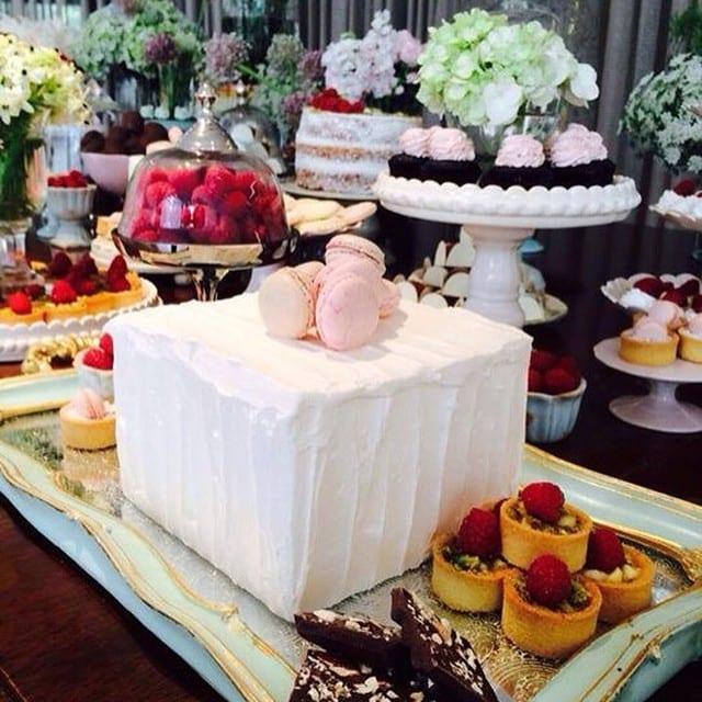 Bolo de casamento quadrado, branco, com macarons rosa claro. Foto: Soul Sweet.