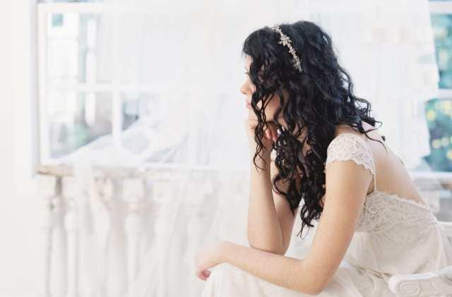Acessório de cabelo para noiva: tiara de flores de metal prateado.