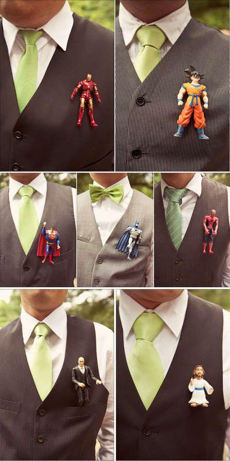 Boutonnière de bonecos de super-heróis para noivo e padrinhos. Foto: Trend Hunter.